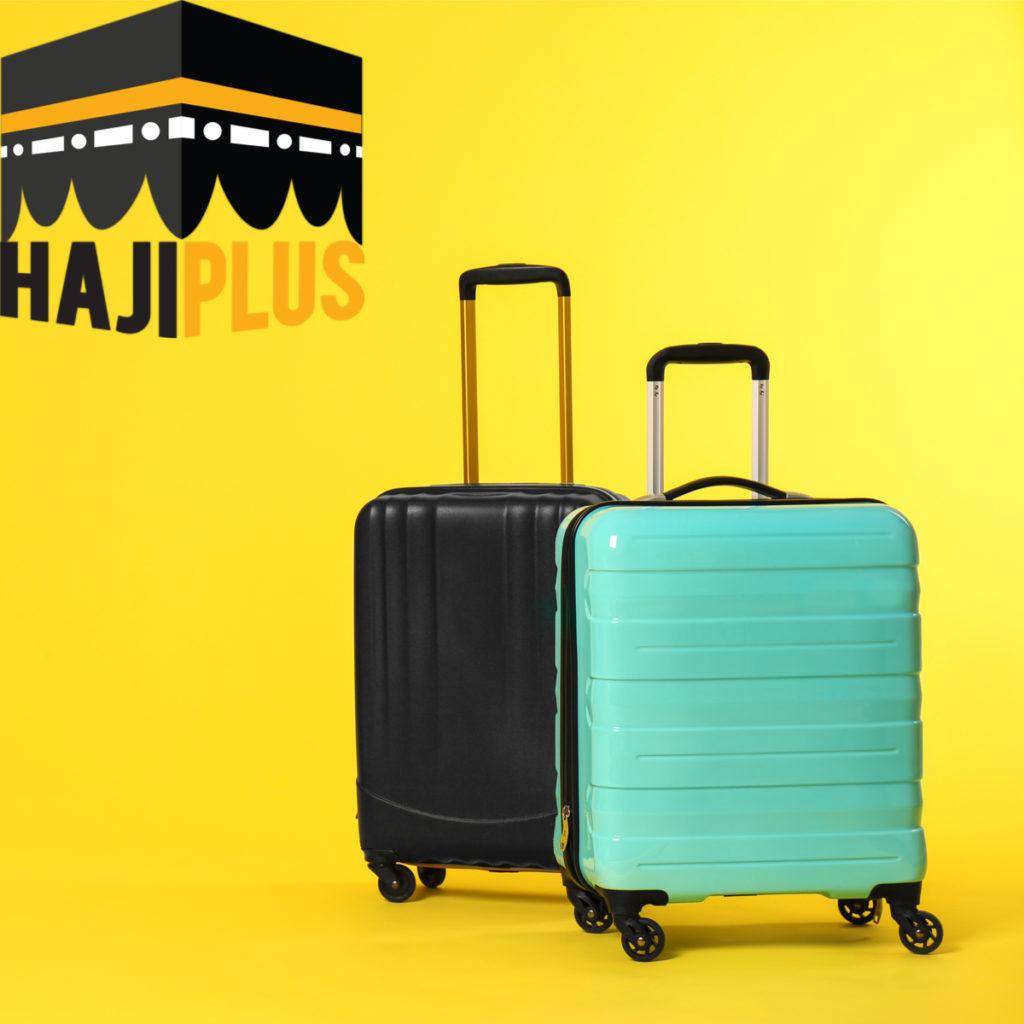 Sebuah koper yang mempunyai warna yang sama antar jamaah lainnya